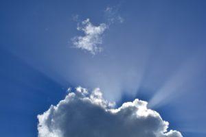 Nubes de dia soleado